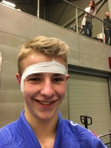 Judo Promotion Twente judoka Jochem van Dijk met getaped oor