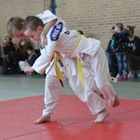 Twee judoka op het beginnerstoernooi
