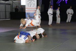 JPT - 9-jarige Dani Yefimov maakt zweefrol over 6 bokjes