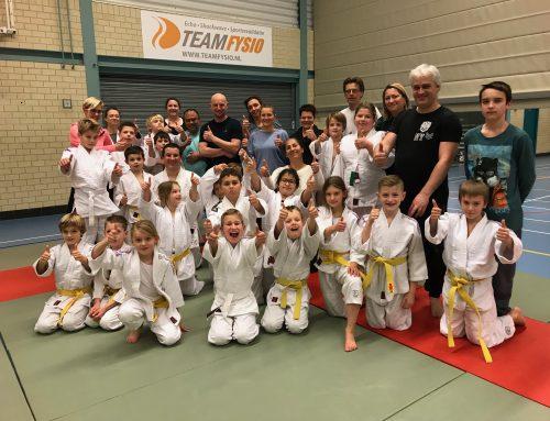 Ouder en kind judo ter afsluiting van het jaar.