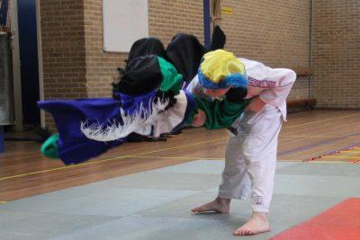 Jorrit de Ruiter leert Piet een schouderworp