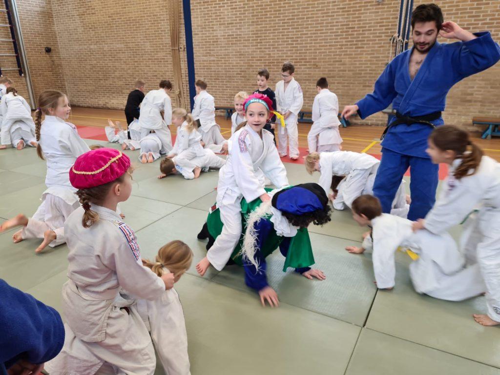 Judoka's leren paardrijden van de Pieten