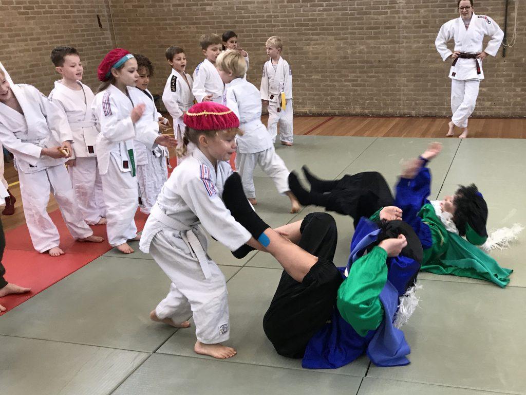 Merel helpt Grote Piet zonder naam met de judorol